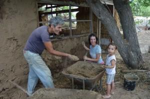 ילדים והורים בונים ביחד את המרכז